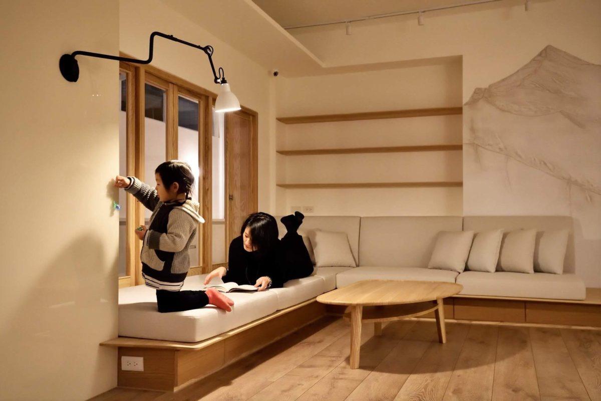 座椅平台的好處保留了沙發的舒適感,卻沒有沙發的笨重量體,可坐可臥