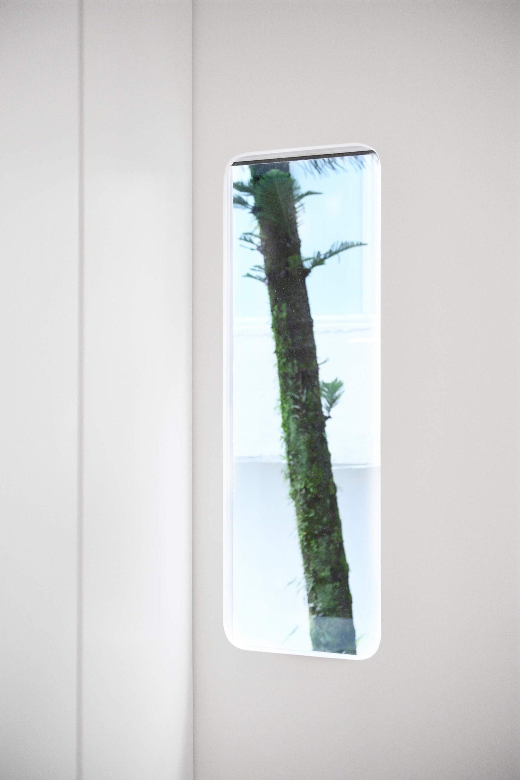 進門鞋櫃旁的玄關小窗 ,對面的松樹成為進屋時賞心悅目的一景