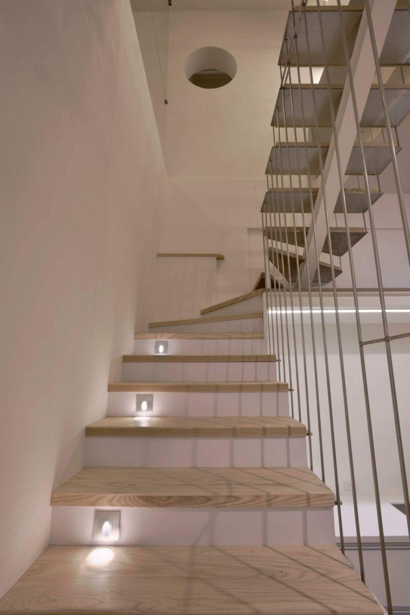 階高15公分的樓梯都是栓木實木踏階,點綴可愛的階梯燈,實用又好走