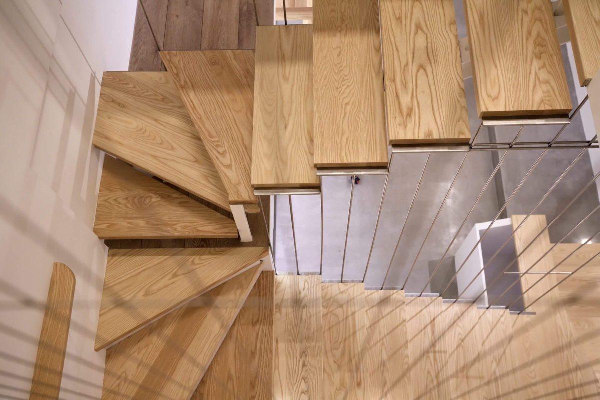 我用1cm直徑的不鏽鋼圓棒作樓梯扶手護欄,希望突顯輕盈感