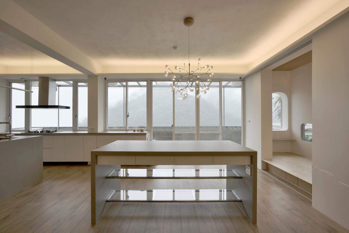 中島與旁邊的休憩平台, 一進入屋內的主空間:中島,既是廚房的延伸,又可當餐桌、工作桌,中島吊燈呼應山景,是空間靈動的重要元素