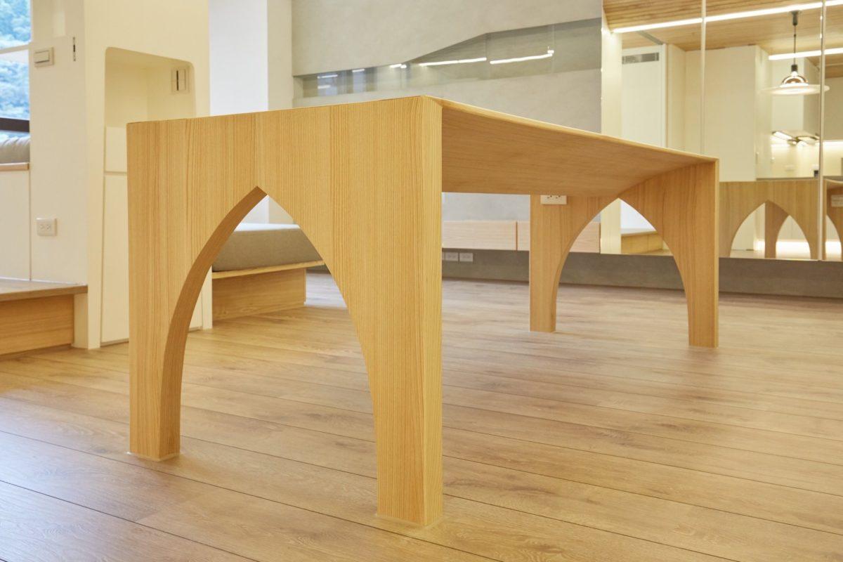 訂製餐桌,栓木實木桌面結合木皮,曲線呼應天花造型