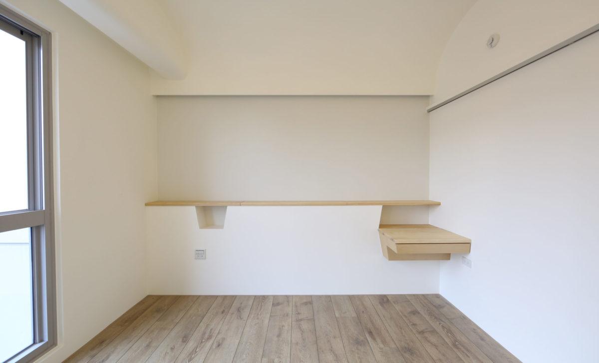 小小臥室兩道弧,藏住樑也溫柔了空間