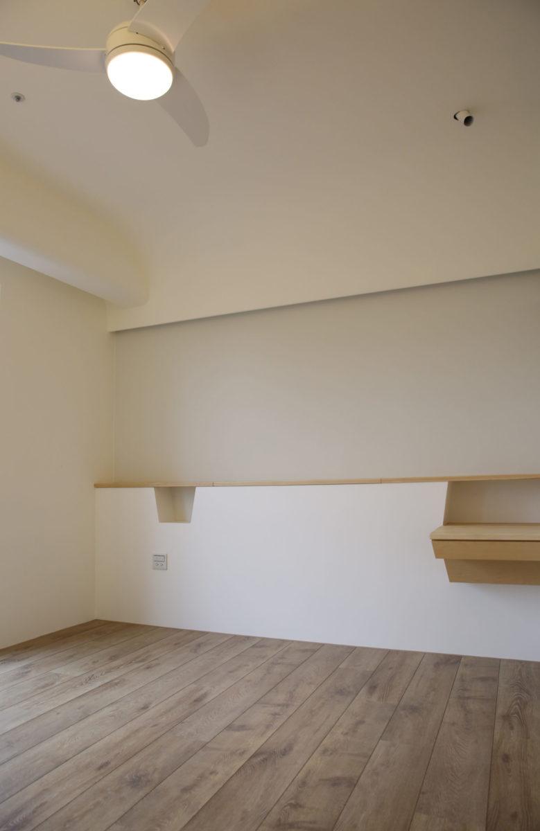 主臥床頭櫃,其實當初是結合梳妝台、儲藏床架與床邊小桌的整體設計,床頭櫃除了上掀式台面的收納外,也希望有ㄧ些床邊小物的收納不受上掀式台面影響,方便床邊使用,所以在考量立面美觀下誕生了可愛的小格