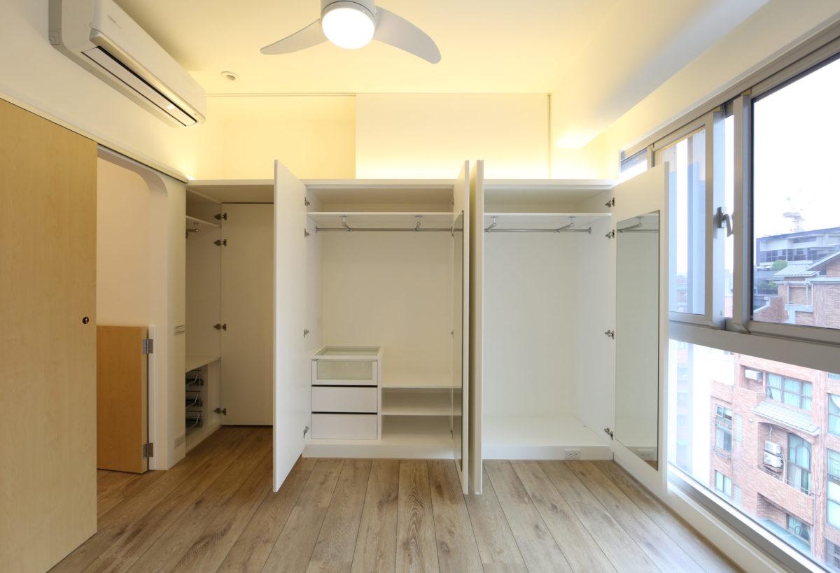 其實很強大 衣櫃上方的壁櫃很大噢