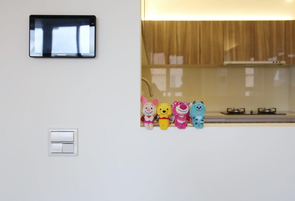 配合業主希望的小門設計,我們定義了104公分做爲全室小門、矮牆與開關的高度線,親切又有足夠遮擋性