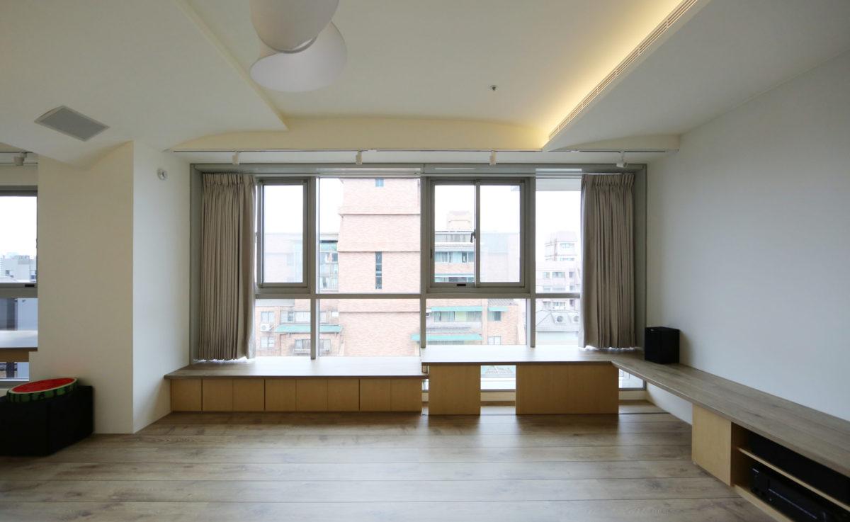 窗邊平台 考慮耐狗狗抓磨,所以台面用德國超耐磨地板做完成面,支撐柱則是買IKEA 的金屬伸縮腳來安裝,日後也方便更換維修 全室的木作(層板與門片)則是用較耐磨的塑膠皮(木色與白色)做爲完成面