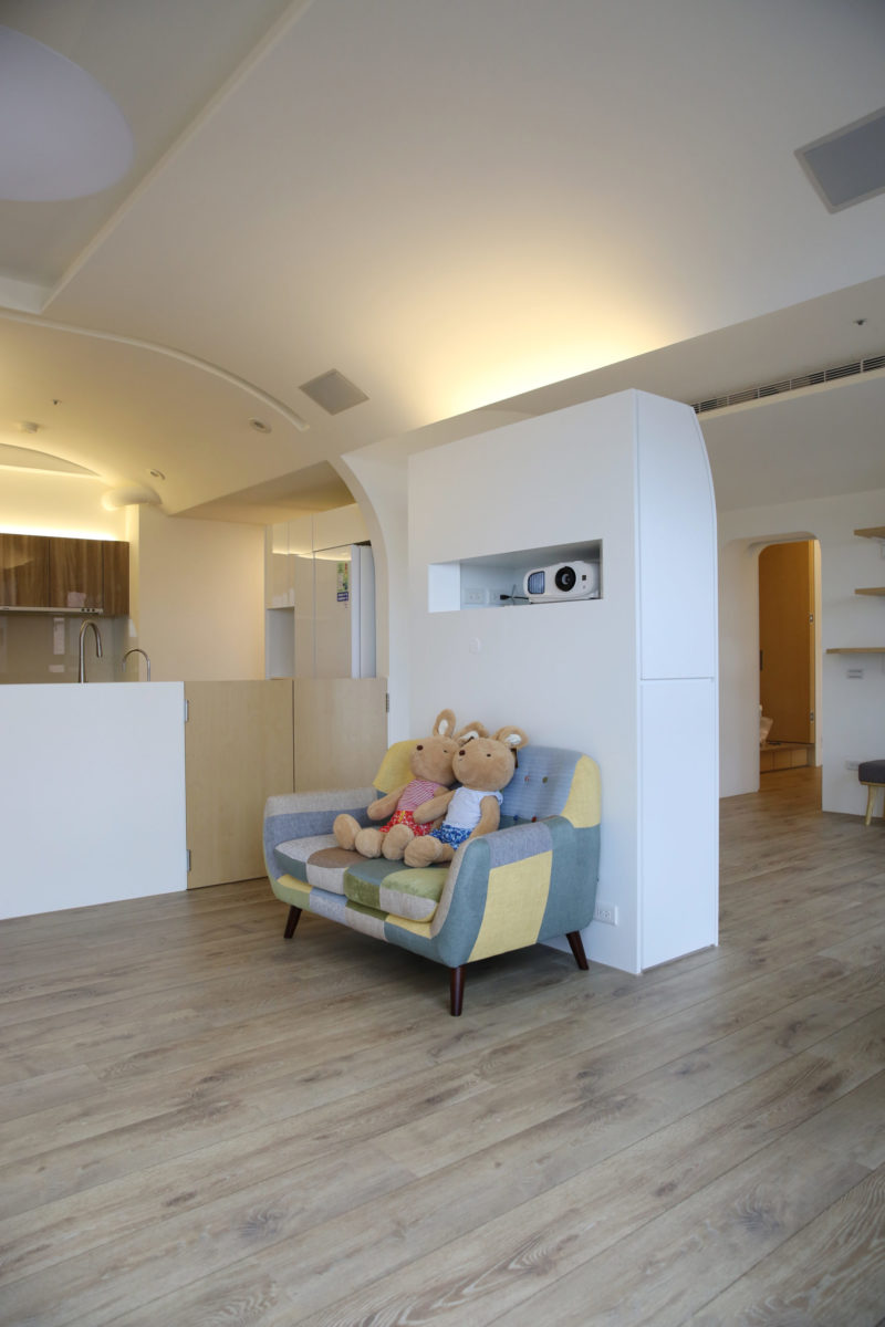 爲了投影,也爲了區隔客廳與書房,我設計了這個隔間櫃