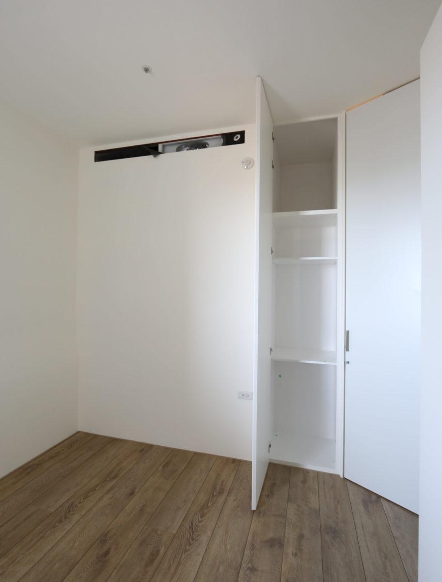 客房還藏了ㄧ個入口收納櫃,上方超深櫃可以放大行李箱噢