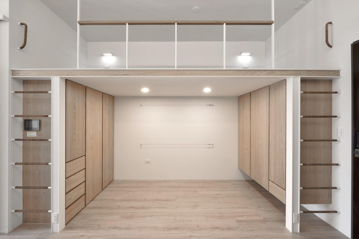 上舖結構為H型鋼,兩側焊了整排的鋼筋作為爬梯,爬梯後方則是擔當生活收納的鞋櫃與衣櫃組