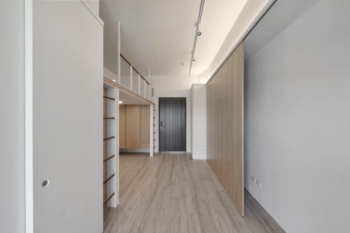 入口大櫃與三片橫拉門後方空間是讓業主依照作品需求自行組裝角鋼架,保留使用上的彈性