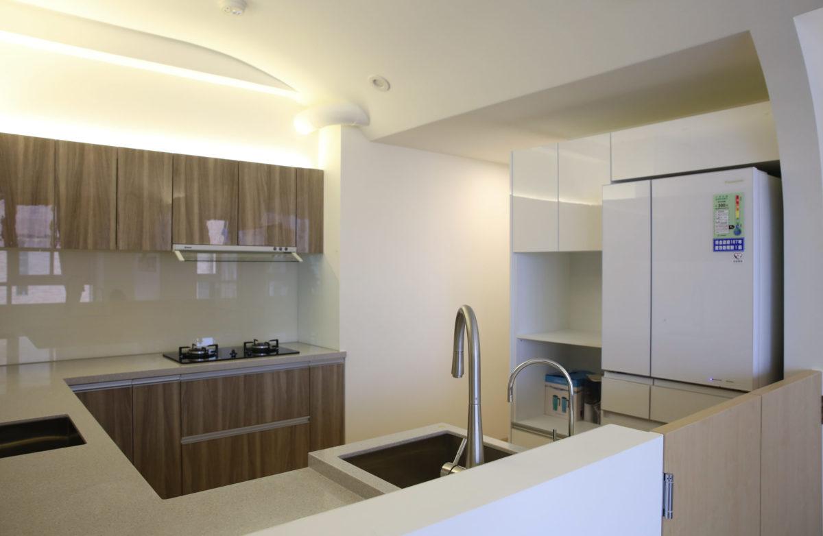 很寬敞的大廚房,呼應業主好客愛做菜的個性 雙水槽加洗碗機,用起來超過癮