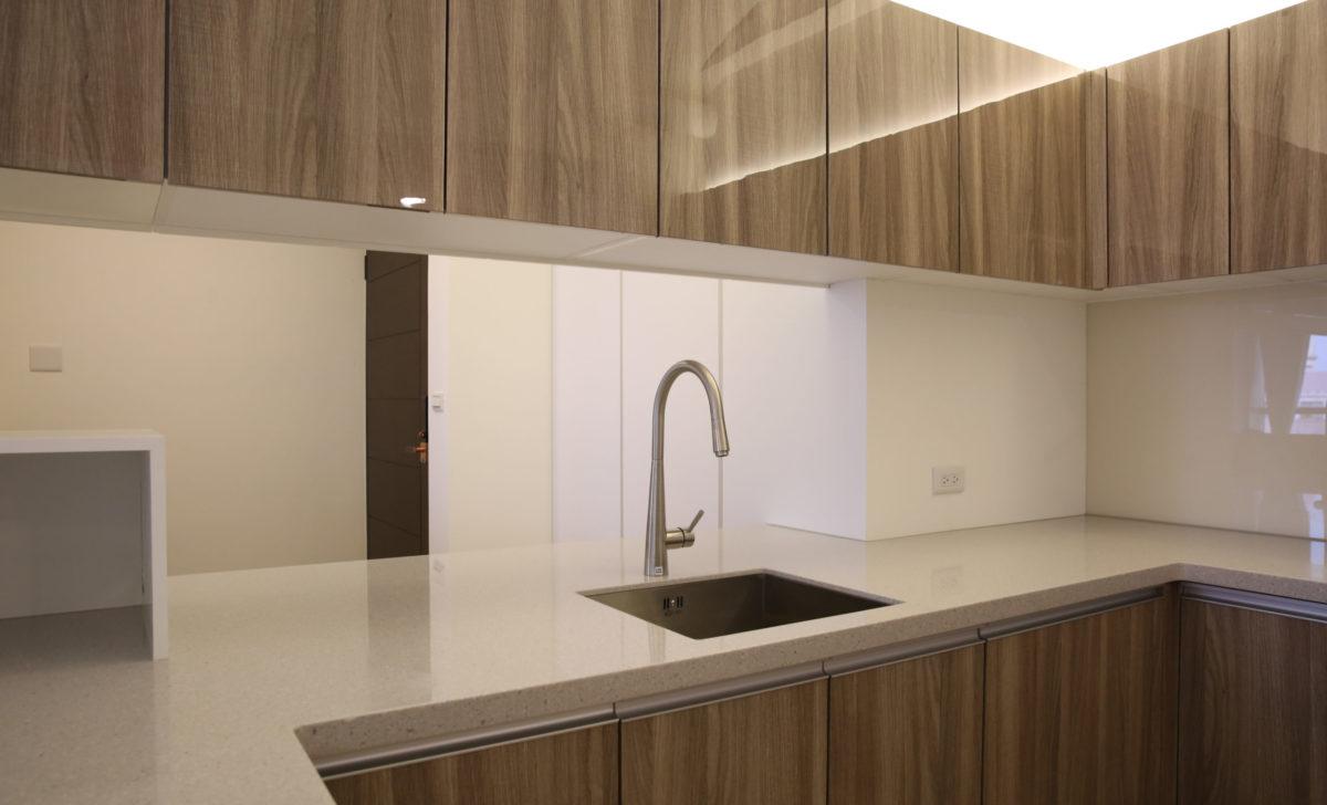 業主預算有限,因此廚房沿用建商附贈的木紋門片系列,但很高興業主選擇了我們建議的灰色人造石台面,讓水晶木紋門板多了ㄧ份氣質