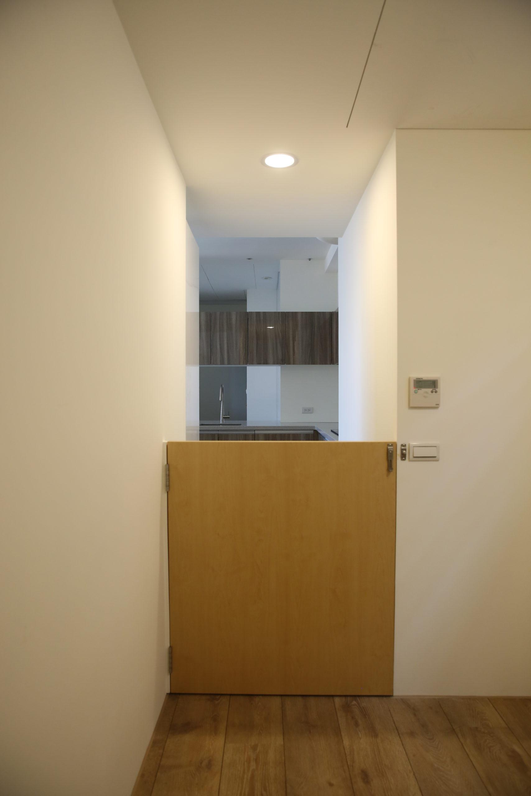 從休憩平台的小門可以通到後陽台跟廚房