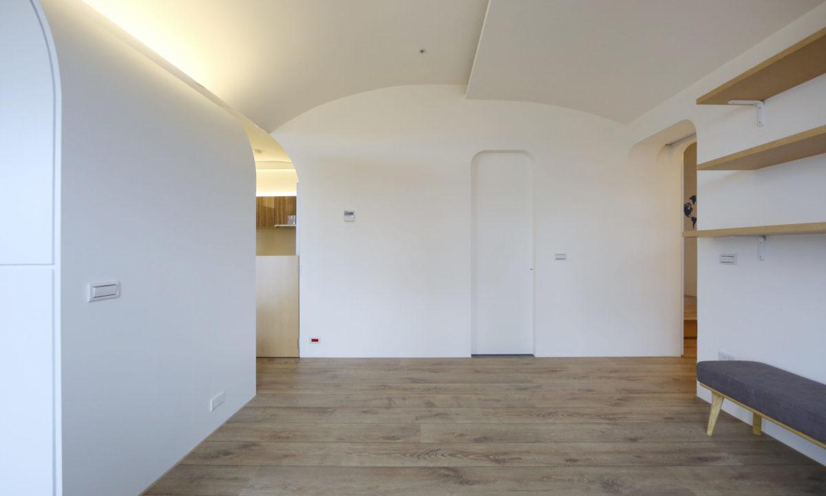 書房後方是客廁入口與通往臥室區的門洞