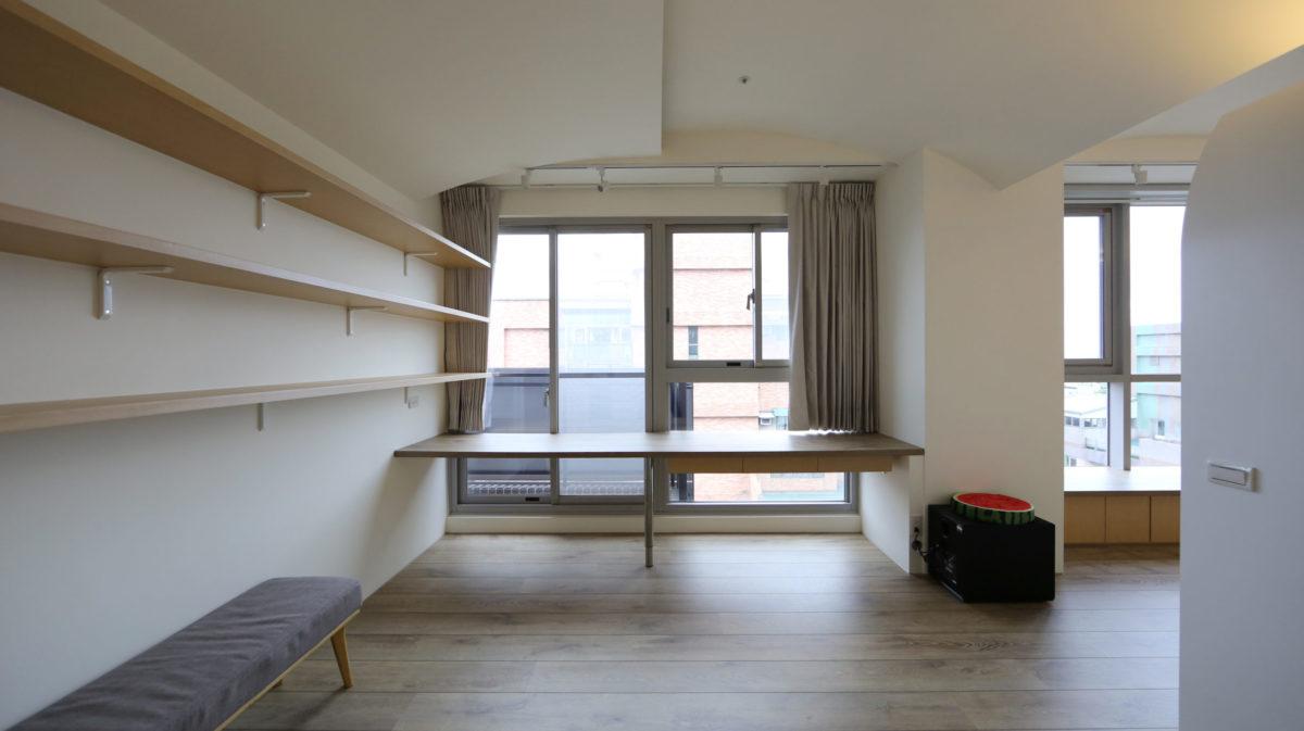客廳旁邊就是書房,大書桌可以容納全家,下方留空讓狗狗也可以窩在腳邊ㄧ起看書