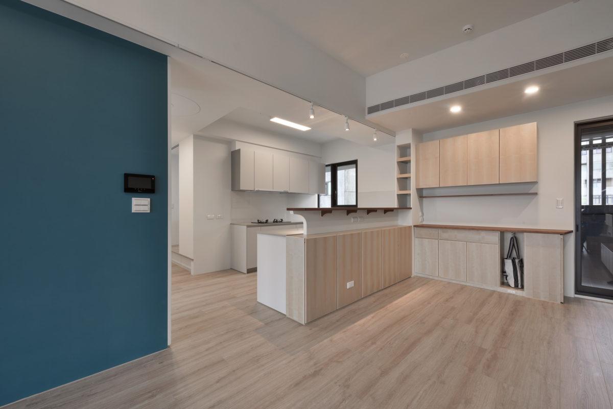 入口小鞋櫃、隨身包包櫃結合餐櫃,精簡入口動線,方便伯母進出打理餐廚空間