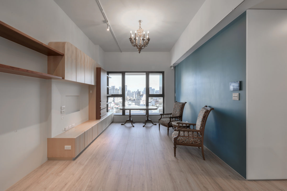 業主挑選的法式古董長桌可彈性加長桌面,客人多時可彈性調整家具放法,又是另一種風情