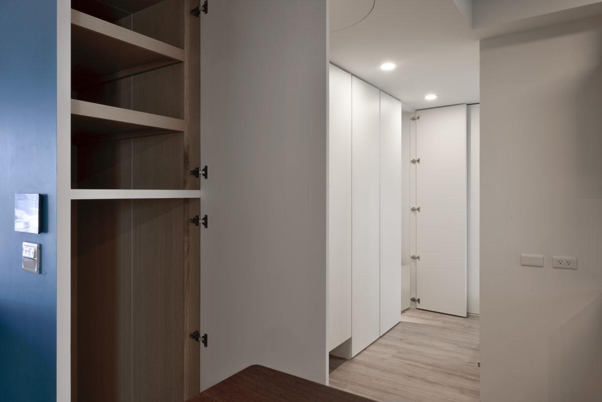 收納速速現~ 沒想到吧!沙發背牆還藏了一個深130公分的收納櫃,這個深度也是業主指定的,醫護折疊床、畫卷全部都能放進去!