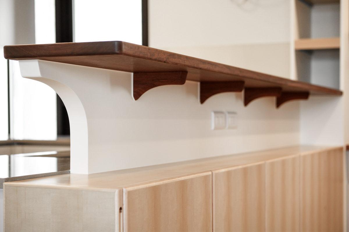 這塊高平台用整塊花梨木製成,木紋超美! 下方斜撐維持我一貫的堅持:用必要構件表現美感,簡單又圓潤