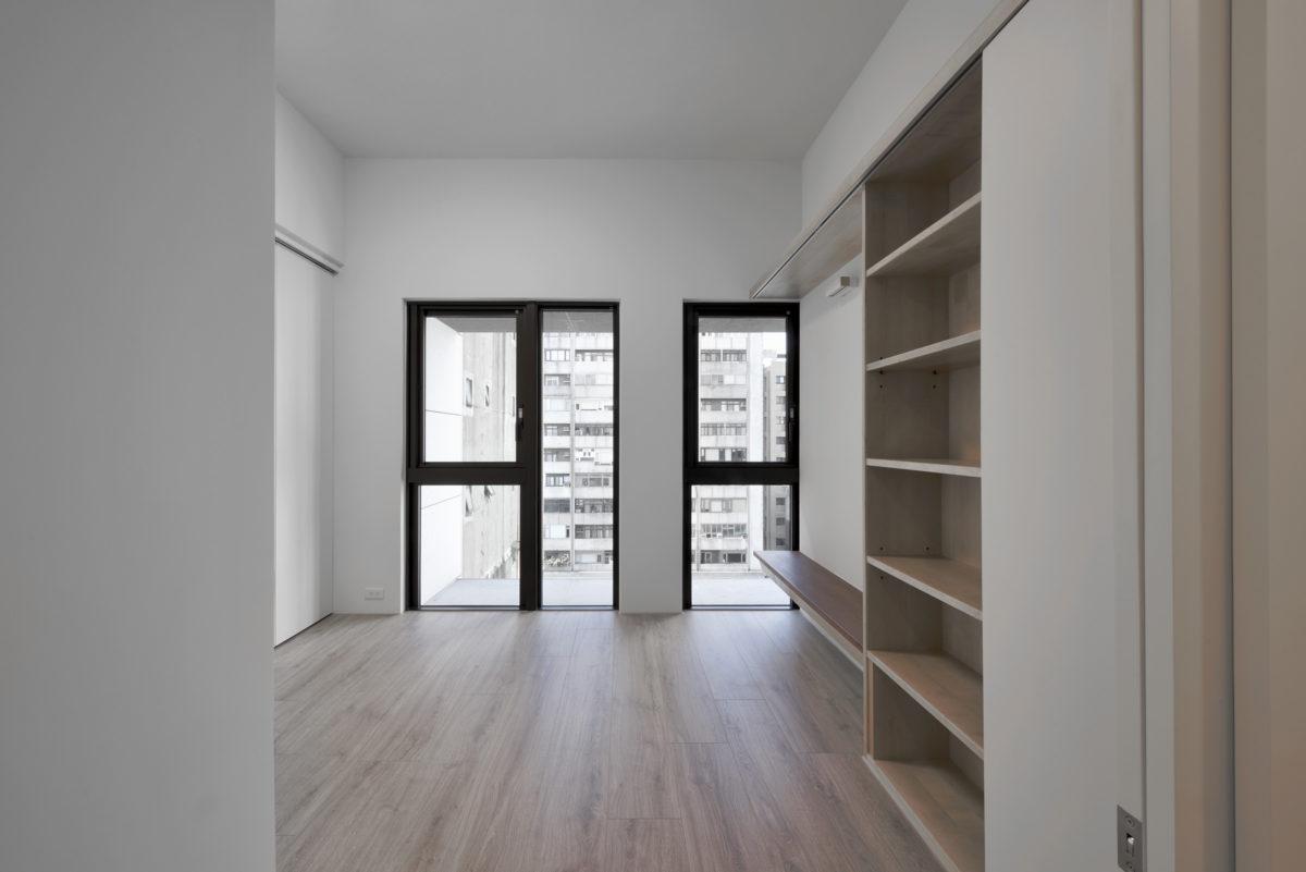 女主人與小孩的房間 房間雖小也有自己的書架與桌面