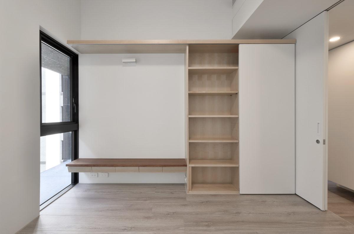 有收納無壓迫的牆面設計,牆上還可以掛幅小畫