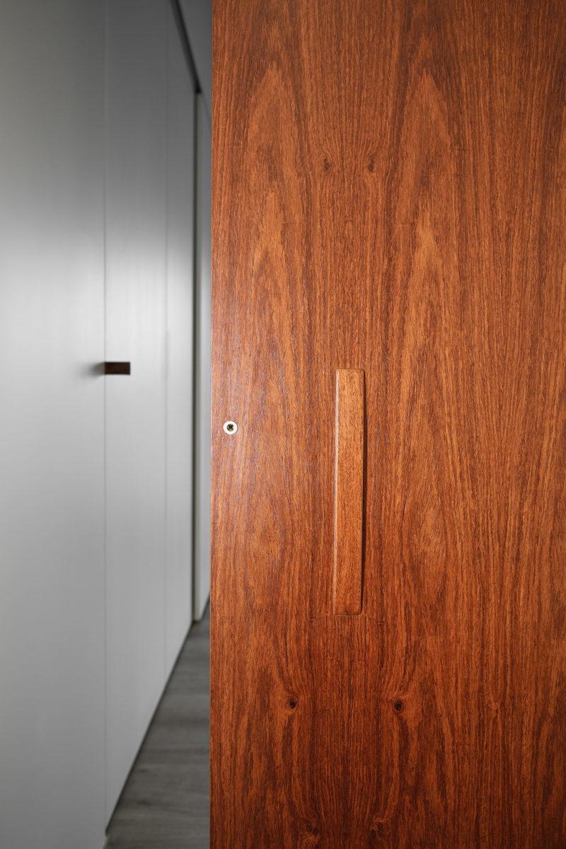 主臥 全室除了水平層板跟祖先櫃是花梨木外,主臥門也是採用花梨木,希望能凸顯長輩房的氣質