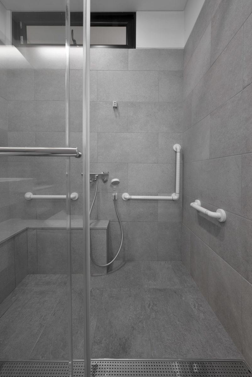 伯母習慣日式的沐浴方式,寬大的淋浴間,兩個人也很舒適!