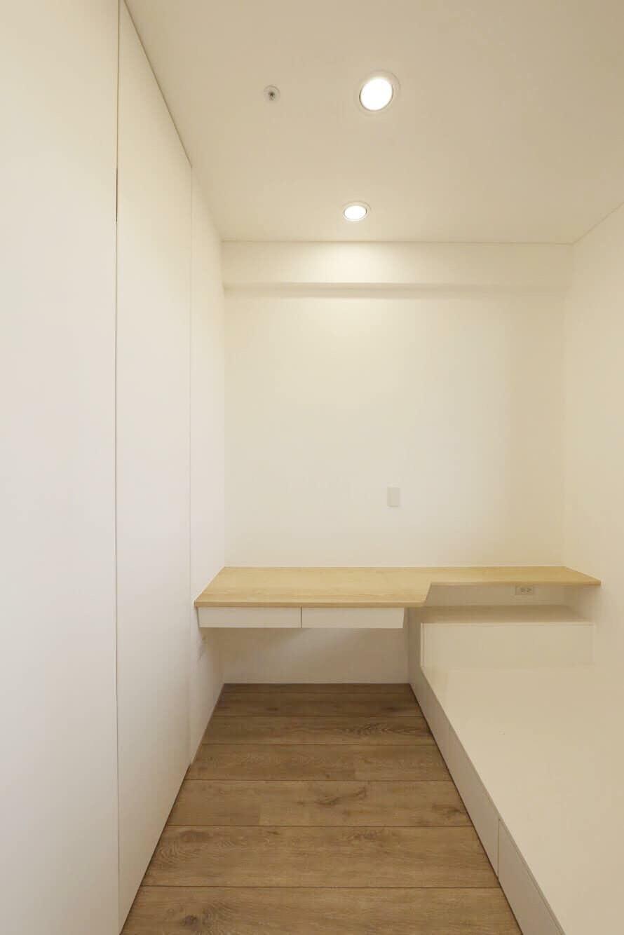 栓木實木書桌搭配儲藏床架,空間雖小,收納卻不馬乎。 床頭還藏了ㄧ個深抽屜櫃,可以放背包等物品。