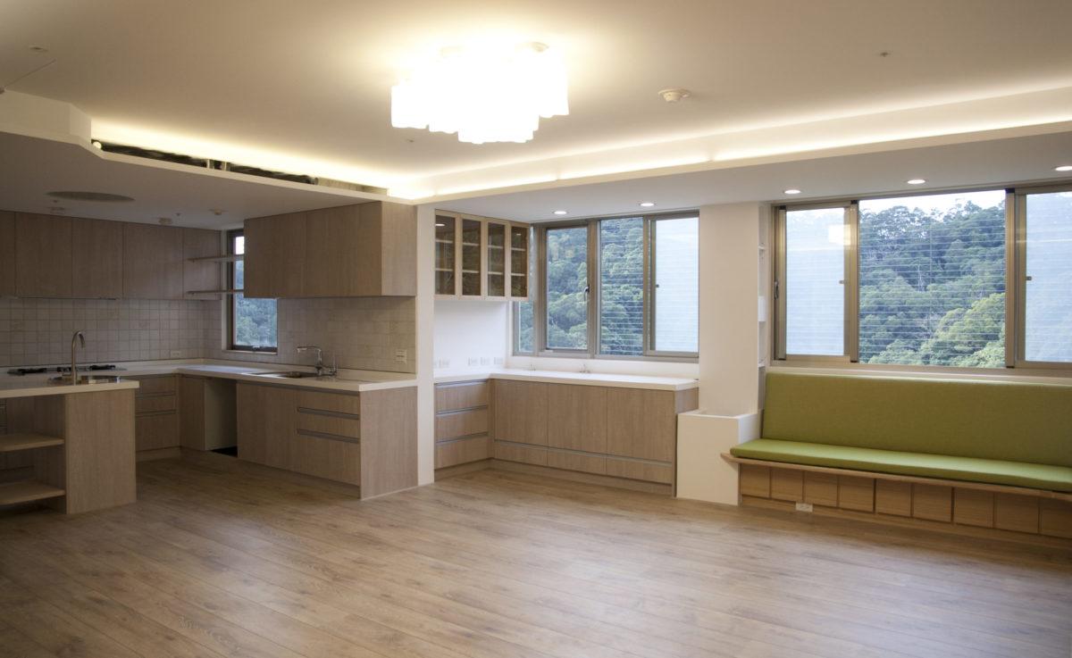開放式廚房、電器收納區與窗邊平台