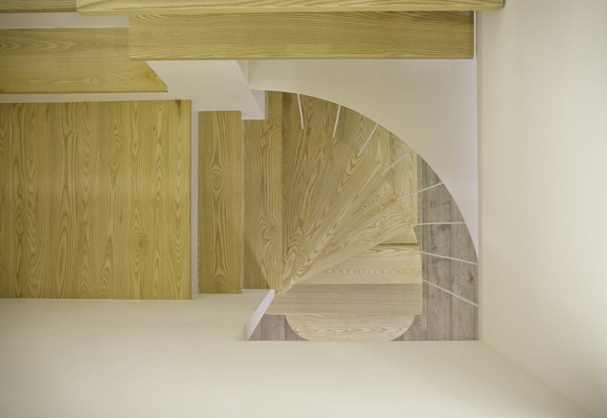每塊栓木實木板都是阿義師傅精選的板材,紋路非常美麗