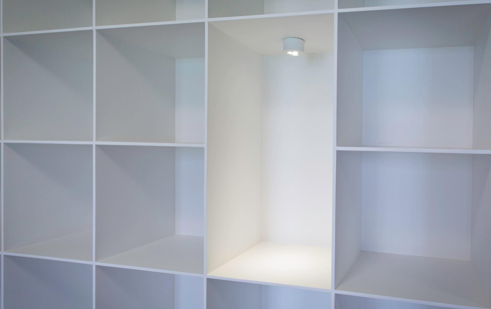 格子架的所有板材在設計上是讓接近兩公分厚的板子漸漸削薄至正面看到的一公分厚,讓架子同時擁有輕盈的視覺與堅固的結構
