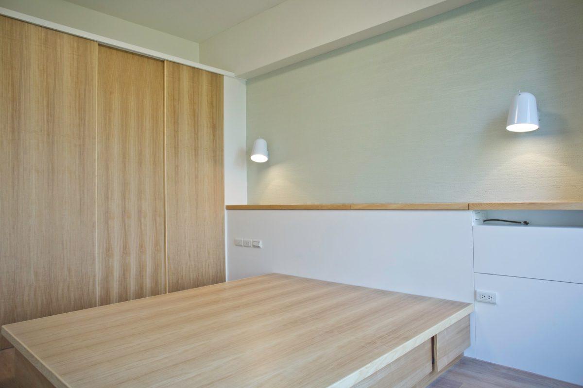 主臥使用了不少珪藻土,床頭特別挑了一個偏綠的土來當主牆面主臥另一邊配置了一個衣櫃
