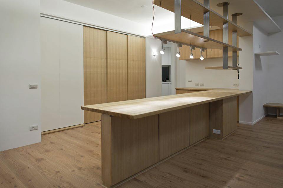 和餐桌電器櫃區域相鄰的有主臥、和室、廚房及廁所