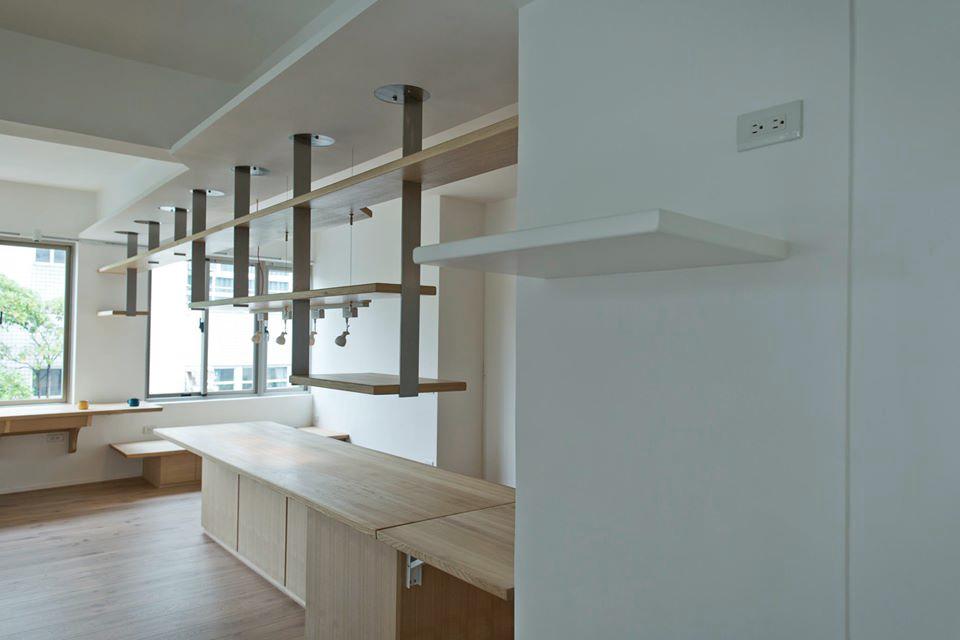 在主牆面上凸出的牆色木平台是未來要放置祖先牌位的神明桌