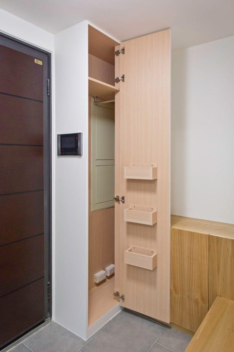 牆色衣帽櫃可以吊掛出門常用衣物,並利用一些小盒子做常用小物的收納。
