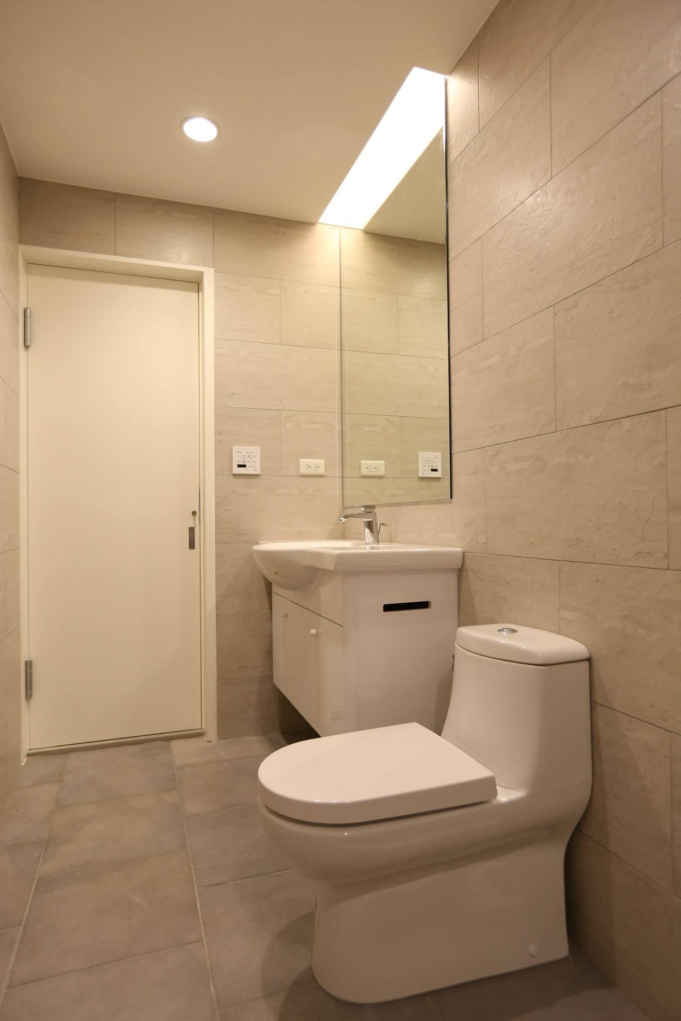 客廁:地磚是我們搭配的,灰色調配上白色浴櫃非常大方清爽
