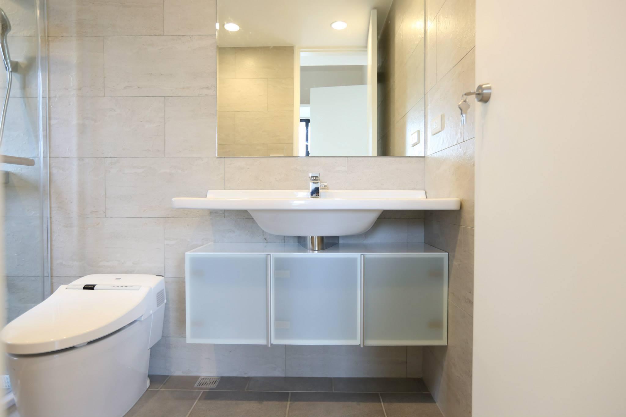 主臥廁美麗的臉盆跟浴櫃