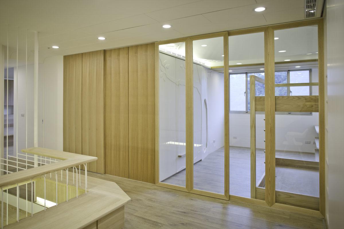 起居區旁即是小孩房。序列虛實的門扇將他們隔開。木框玻璃門保有空間的通透,讓起居區也可以擁有採光。