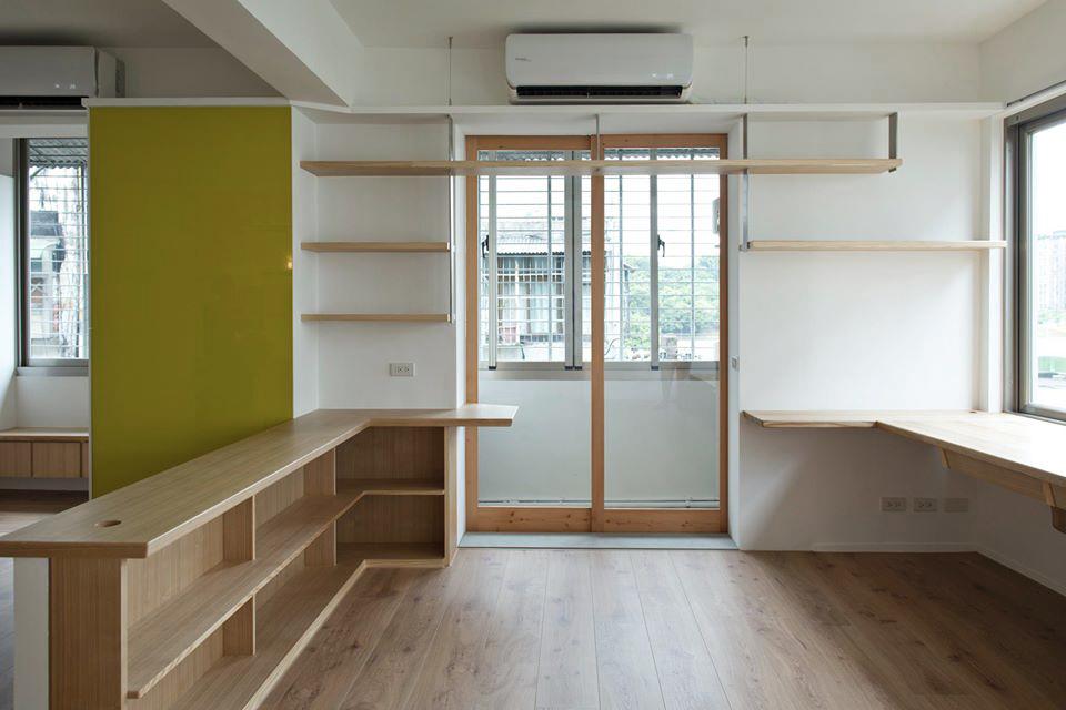 書房旁可通往洗衣曬衣的工作陽台,木框玻璃門做為兩個空間的區隔,讓採光不會因此受影響
