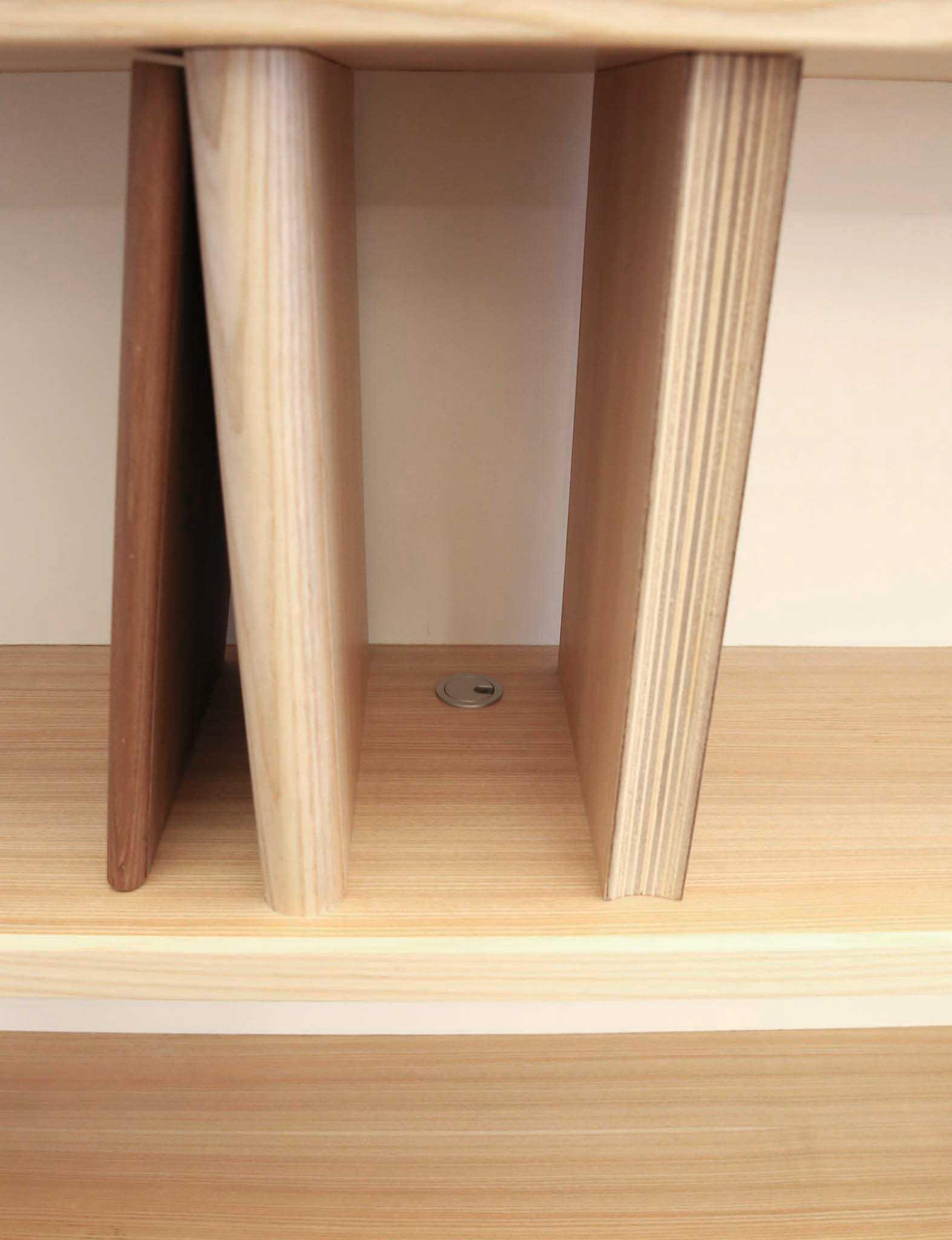 書架上留有小出線孔,日後可以加上精巧的燈具點綴