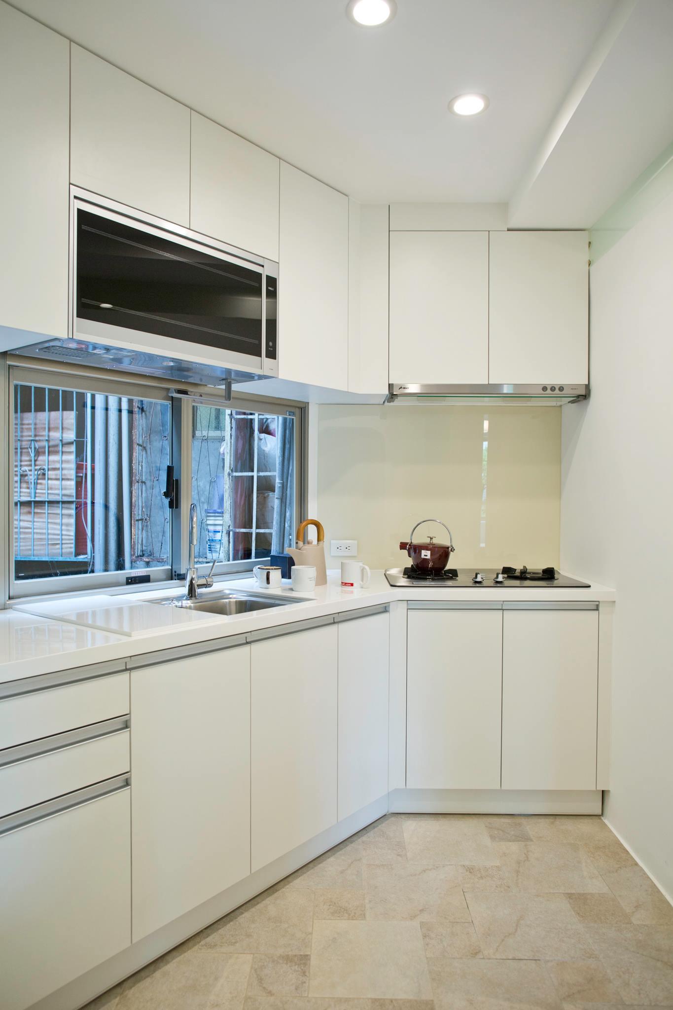 廚房以白色為基調,地磚是我們都很喜愛的一款