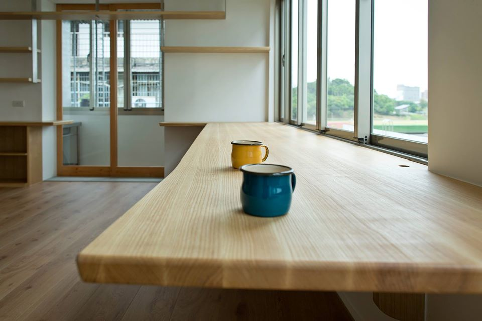 實木檯面讓書桌質感大大的加分