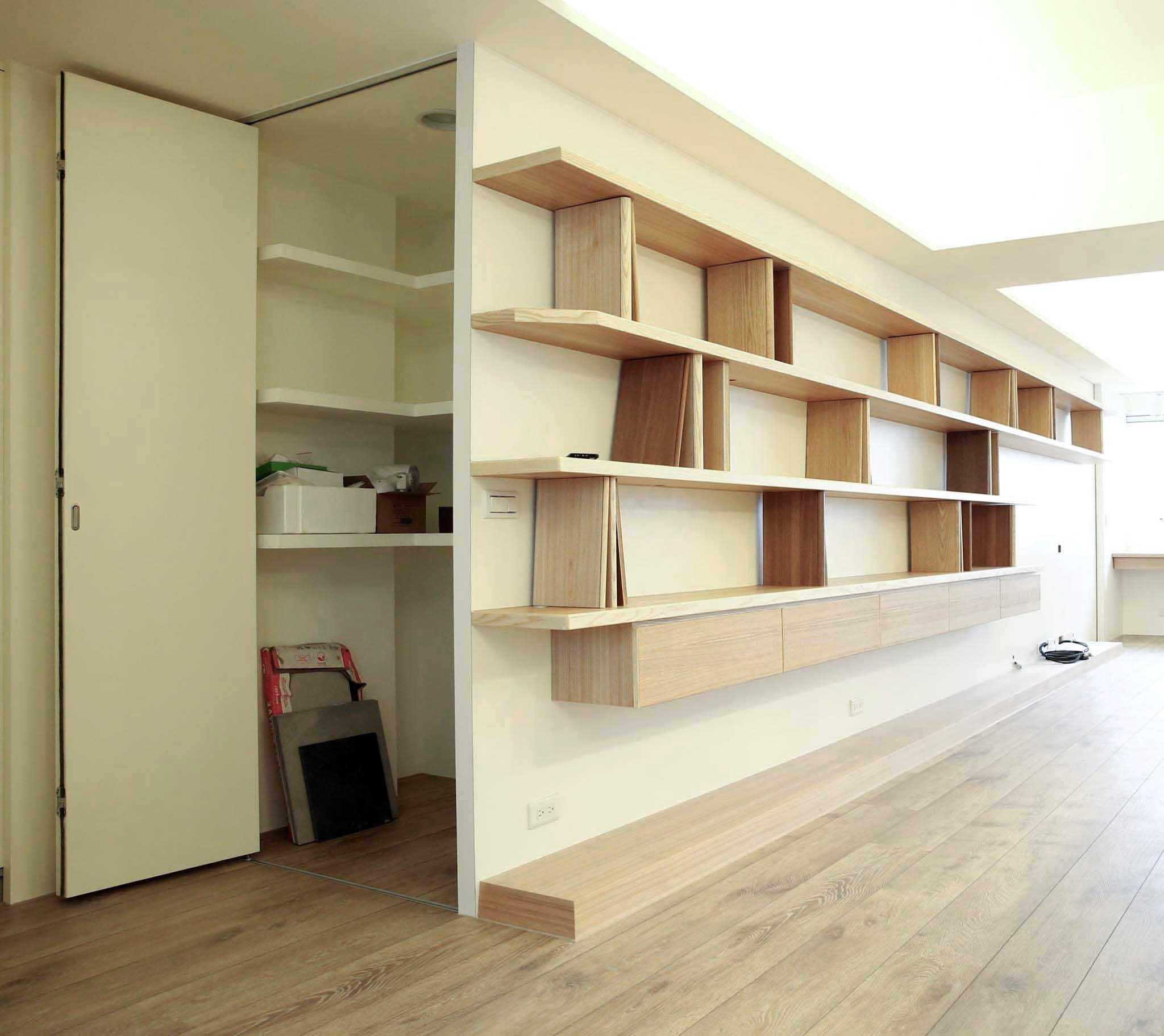書牆後方還藏了一間小儲藏室