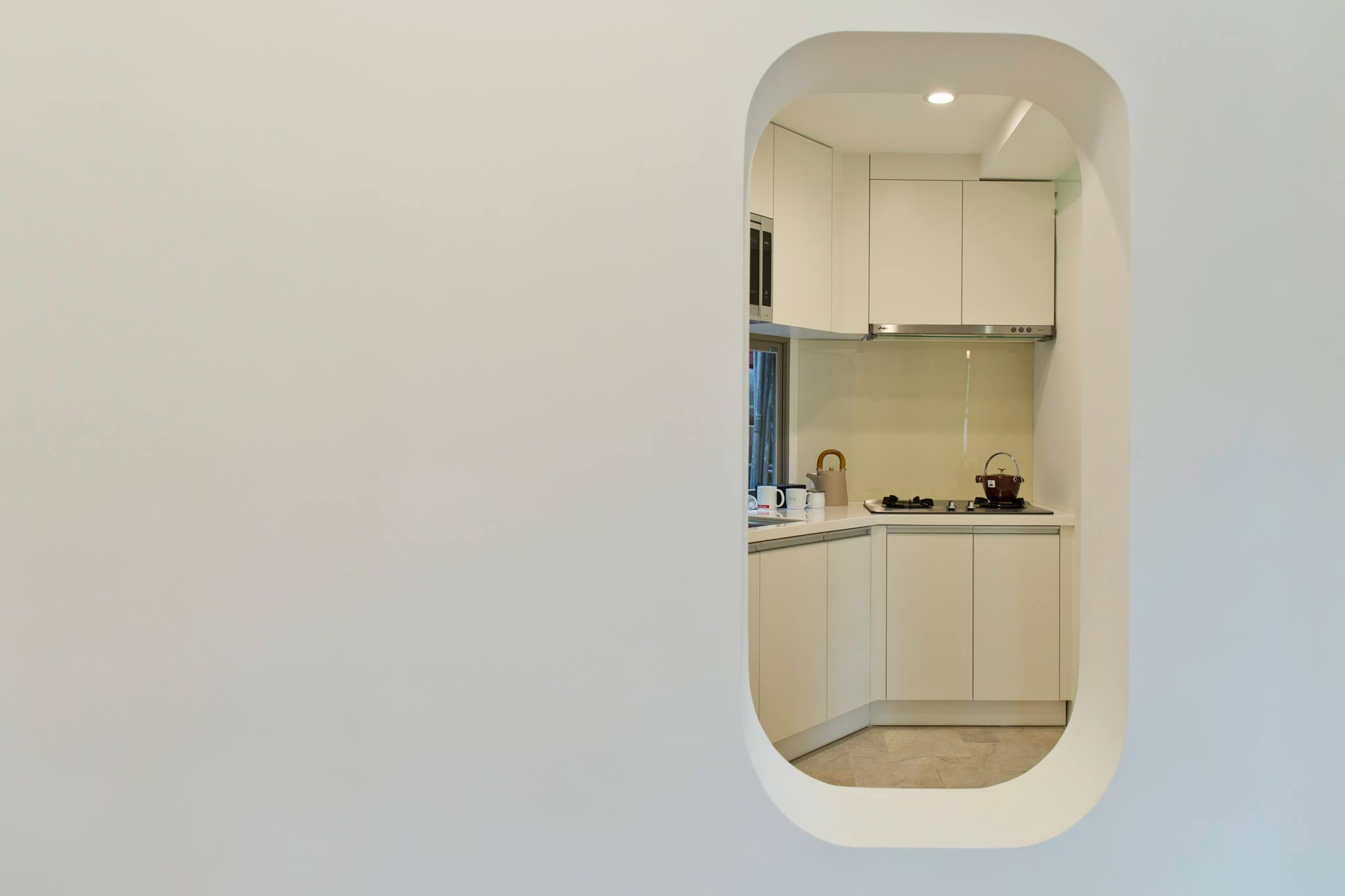 像個孩子,跨過窗洞,我們去廚房
