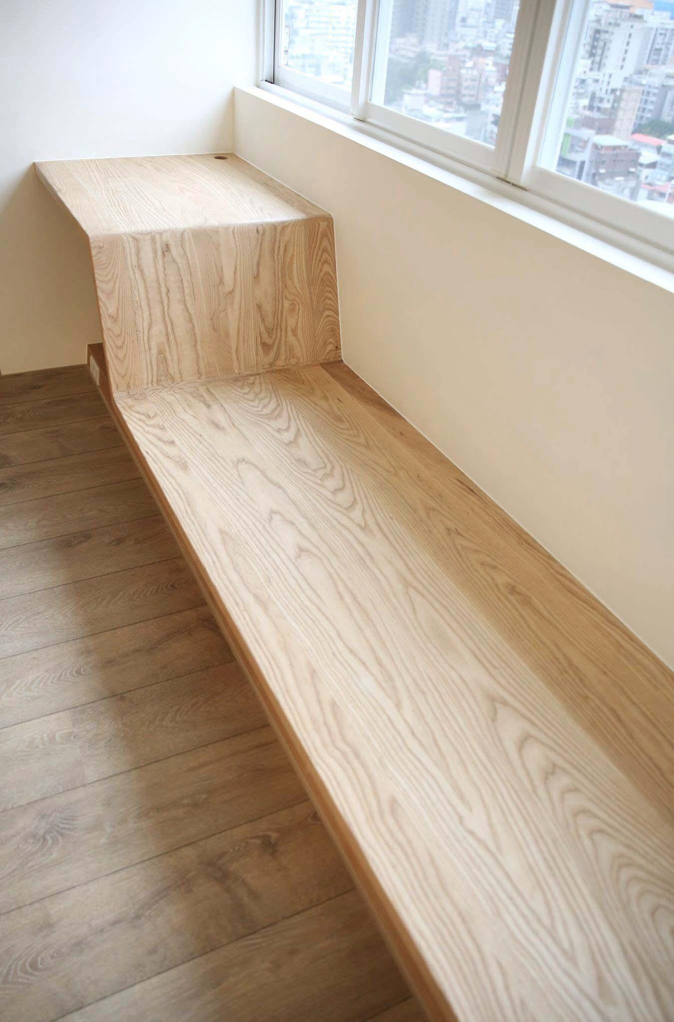 主臥窗邊與客廳一樣的平台,提供梳妝台與休憩座椅