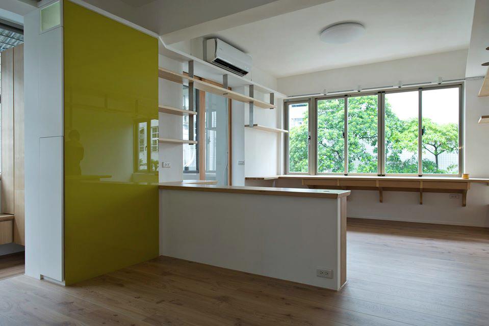 旁邊的烤漆玻璃可以當做留言板,挑選的跳色有著讓空間畫龍點睛的效果,而裡面則是一個可以收納包包跟行李箱的收納櫃。上方留有一個方形的小夜燈