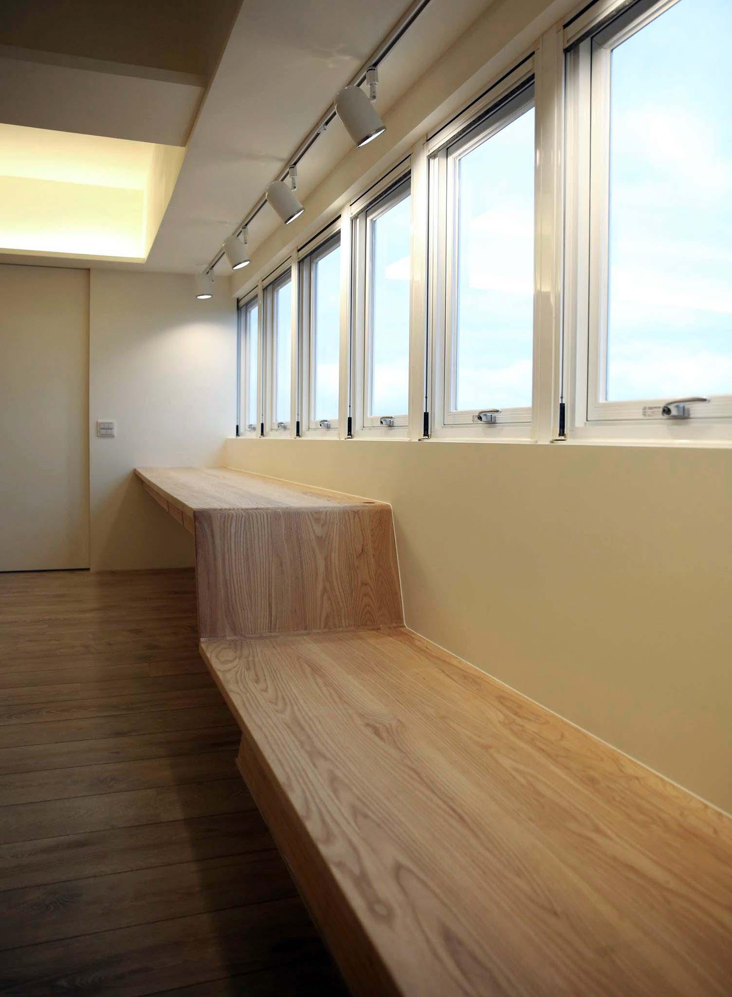 窗邊連貫的平台成為男女主人的閱讀書桌與休憩平台