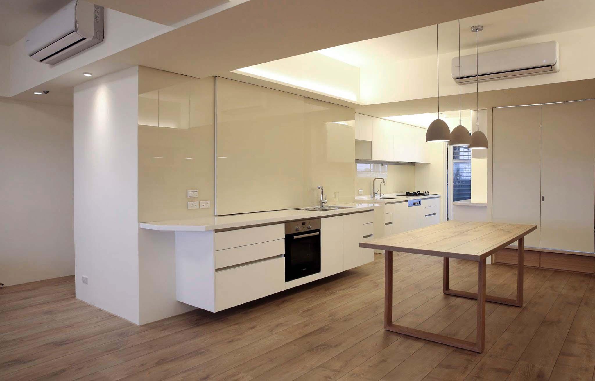餐廳旁邊有可供輕食料理的工作台面,牆面是磁性烤漆玻璃可以記事,也方便清潔