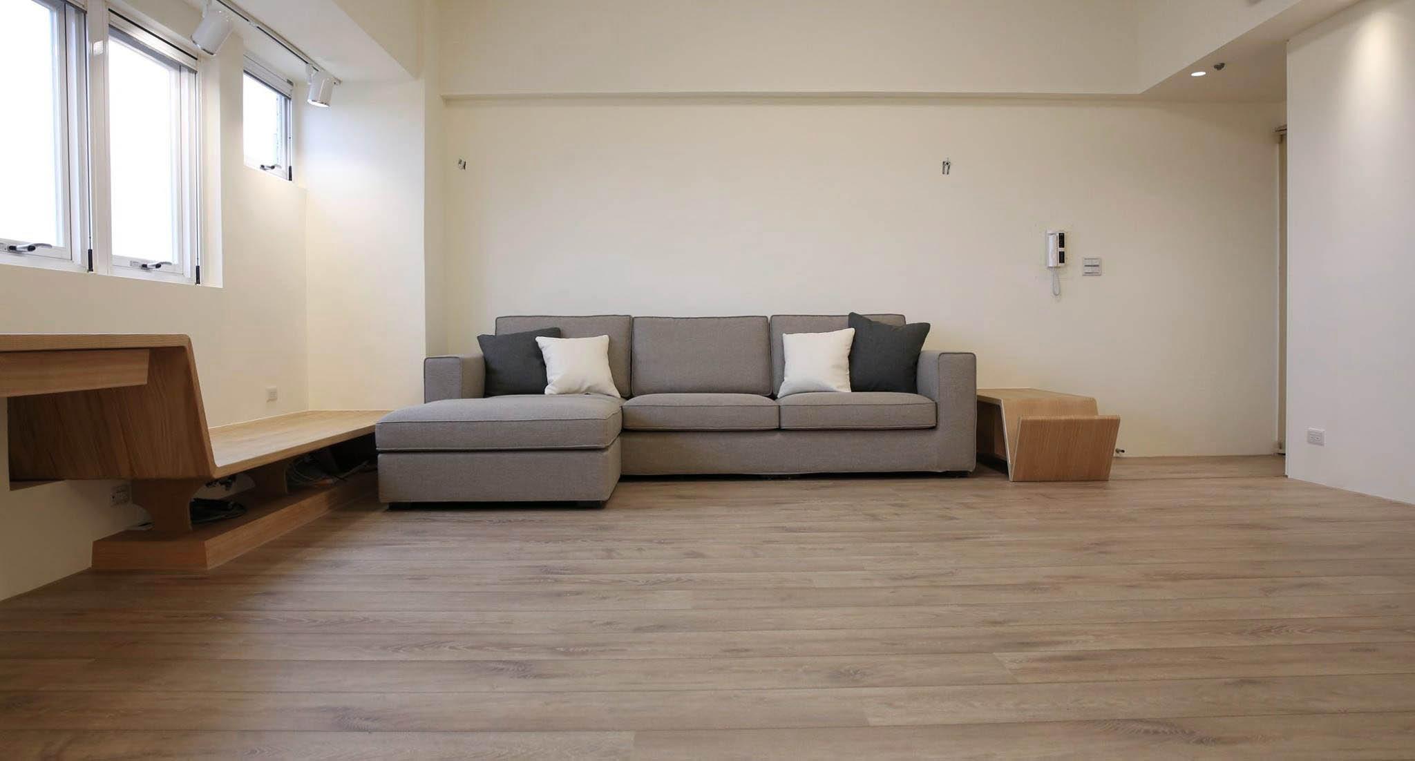 休憩平台同時是沙發邊几,下方則是影音設備區